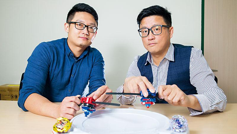 麗嬰國際產品經理盧俊穎(右)、企畫主任張明傑(左)籌辦戰鬥陀螺賽,感嘆這是最難經營的玩具。