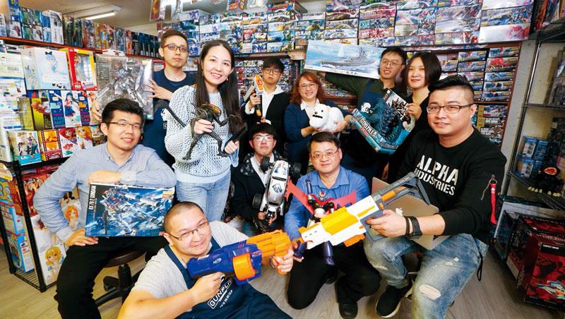 萬年東海總經理劉曉威(右1)因要維持懷舊感,實體店鋪仍保持老舊樣子,但背後養出一批有電商腦的顧問員工。
