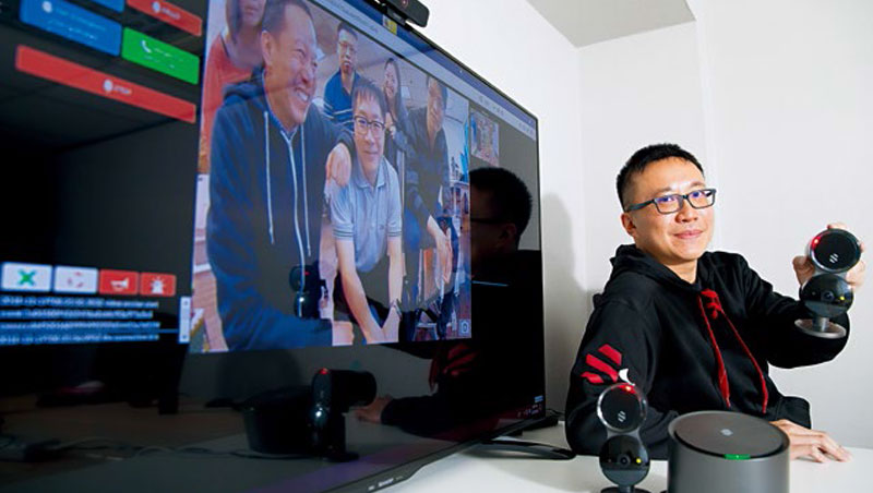 陳昭穎展示團隊設計的AI居家安全監控系統,監控螢幕畫面中為Deep Sentinel台北辦公室6位成員。