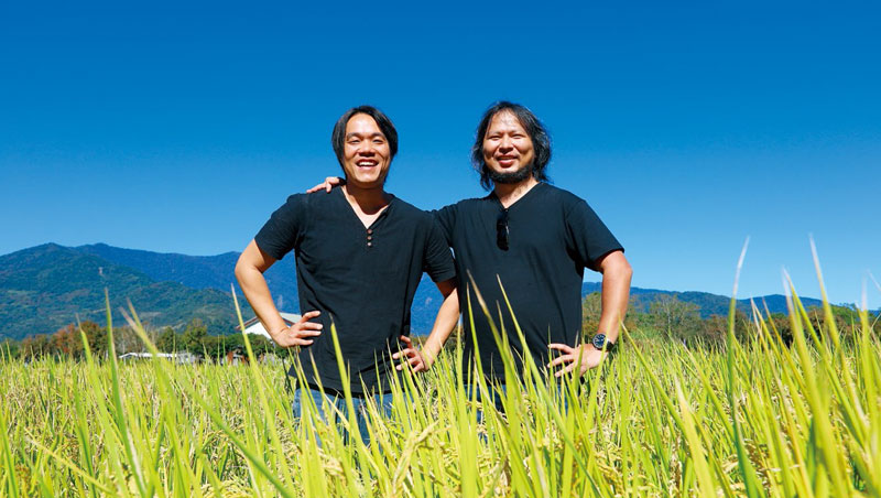 區塊鏈技術導入池上農田中,王俊凱(右)、魏瑞廷(左)建立不會被竄改的稻米身分證,讓消費者埋單。