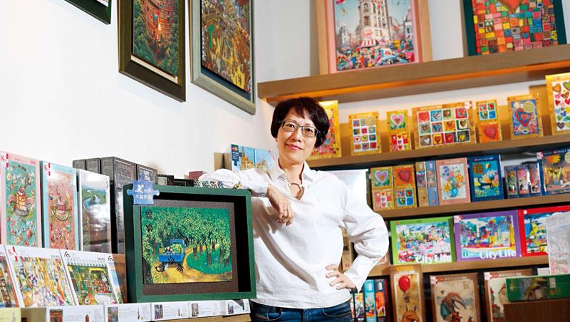 雷諾瓦總經理黃麗娟(圖)從拼圖設計到製造一把抓,如她手靠的木質拼圖,因產品獨特,拉高競爭門檻。