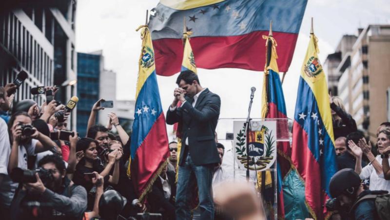 物價1年飆2萬倍、3百萬人口已離開...委內瑞拉政局一夕變天,為何中國會緊張?