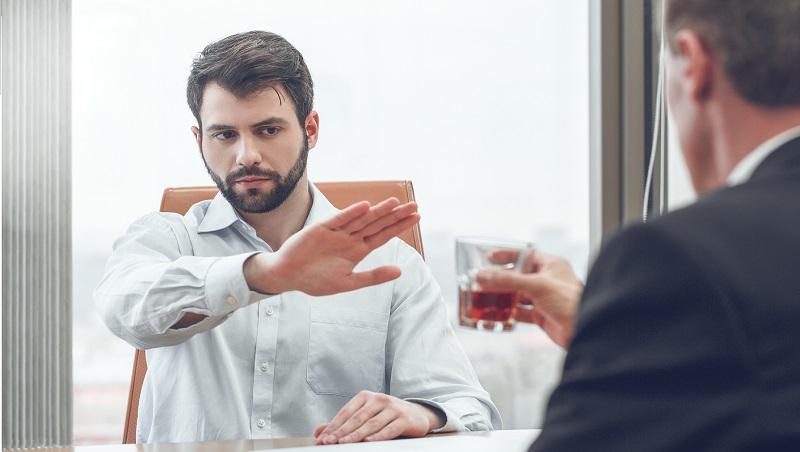 一次2口 vs 完全不碰?原把威士忌當水喝的他,這樣做後連酒味都不敢聞...看戒掉壞習慣3關鍵