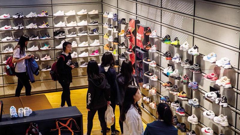 年輕消費者追潮流、求新鮮,球鞋推出速度越來越快,也成鞋廠挑戰。