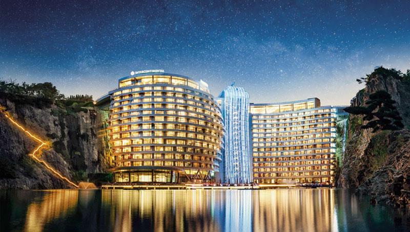 酒店利用岩壁的曲面造型,懸掛並建造在深坑內。