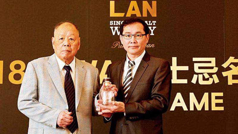 李添財(左)、李玉鼎(右)父子檔去年再創新啤酒品牌,同樣要挑戰全球市場。