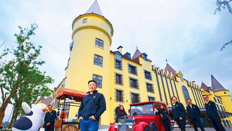 天成第三代掌門人張東豪(左2)打造城堡造型酒店攻頂級市場,還結合在地特色、設計吉祥物等,通吃各年齡客群。