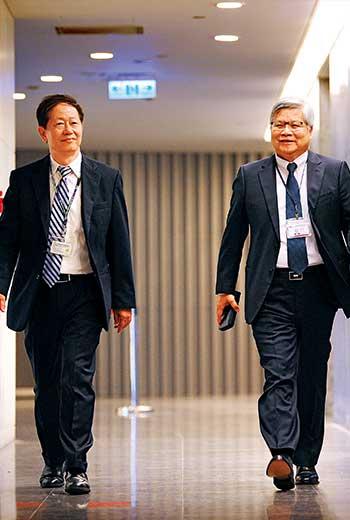 劉德音(左)與魏哲家(右)去年接任台積電董事長與總裁,雖採漸進式接班,上任後仍遇逆風。