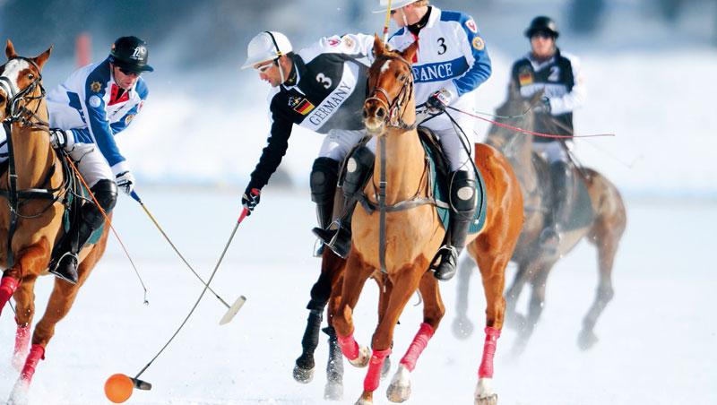 觀眾湧進聖莫里茨湖附近的冰凍大地,欣賞結合速度、力量與榮譽的雪地馬球賽事。