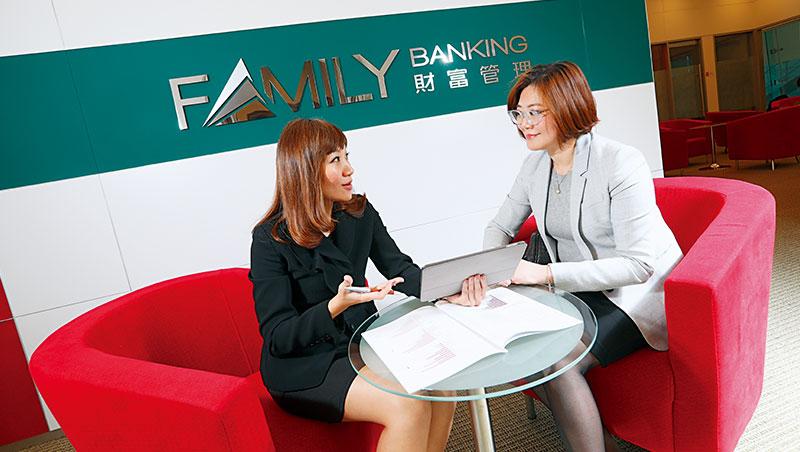要當私人銀行客戶關係經理,一般得累積15年資歷。管理富豪財產的高年薪工作,也讓他們變有錢人。