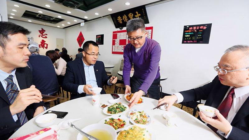 忠南第3代掌門人黃立平(右2)幾乎天天到店坐鎮,熟客喜歡吃什麼,他都知道。