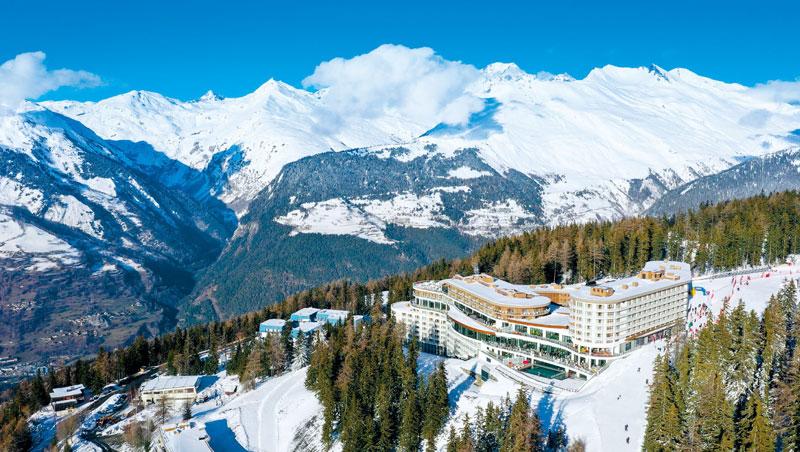 法國萊薩爾克坐落於阿爾卑斯山銀白森林,建築前衛,卻又呈現歐洲人滑雪過冬的傳統生活方式。