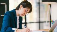 48歲的她被公司嫌貴,該自請減薪或辭職走人?人資專家:中年工作者該知道的自保之道
