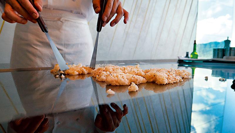 從大張旗鼓變成躡手躡腳,Ukai 的鐵板炒飯放大了白飯香與黏的本質。