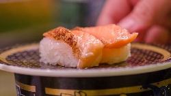 生鮭魚卵塔、麻辣赤蝦握壽司...原來台灣有這麼多高CP值迴轉壽司,網路聲量調查的10大名店