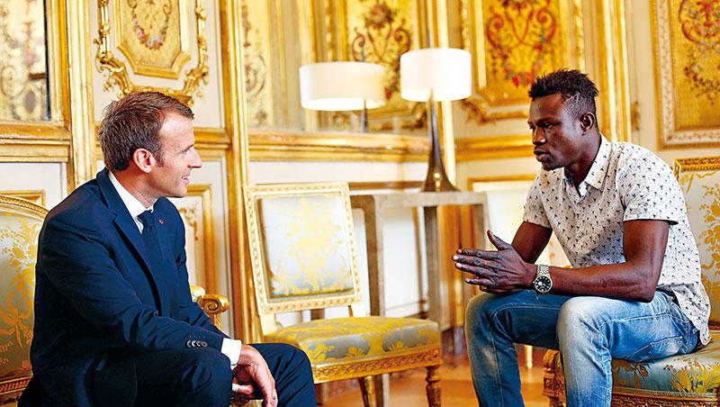 蓋薩瑪(右)一夕之間成英雄,馬克宏(左)召見表揚,好萊塢頒獎等邀約不斷,他坦承,一度無法適應暴紅滋味。