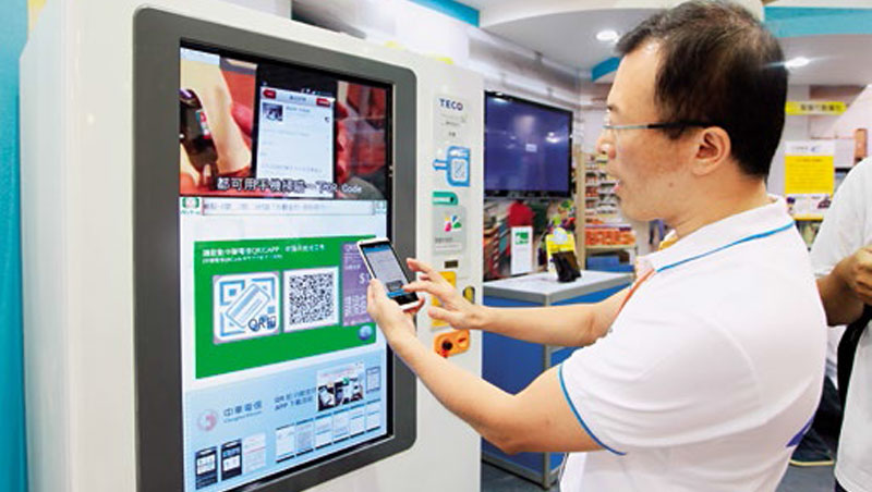 軟硬體技術成熟是帶動這一波智販機熱潮的關鍵,不僅零售業,中華電信也推行動支付智販機。