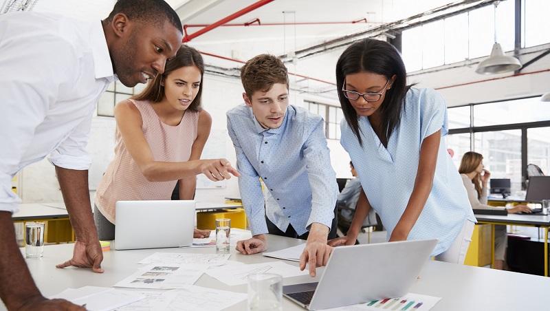 進公司十年還得常加班,為何員工仍樂此不疲?管理顧問:做對4件事讓人離不開公司