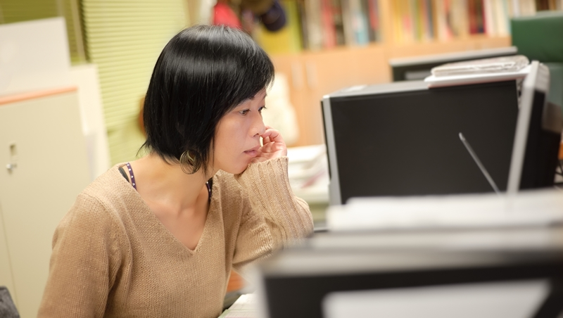 一上班就頭痛、精神不集中...不是心理問題!哈佛研究:辦公室害你健康出狀況的9個原因