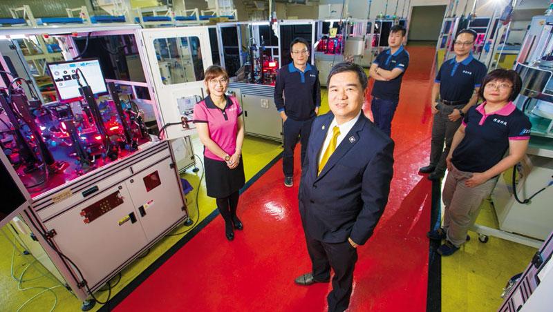 吳俊男背後許多台閃爍著紅燈的光學篩選機,正在幫客戶進行檢測,他所帶領的團隊,將篩選機賣遍全球。