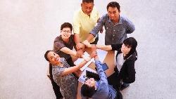 「把公司當成是一個大家庭!」精神科醫師談職場冷暴力:善待人才,是對他們好到想要留下來