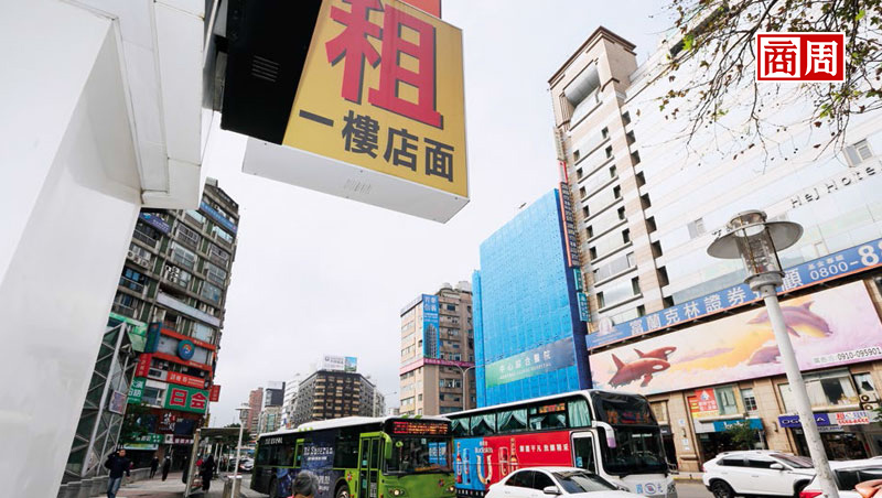 台北市東區待租店面暴增,背後原因不只高租金,還包含消費習慣改變、店家轉型升級不足等。