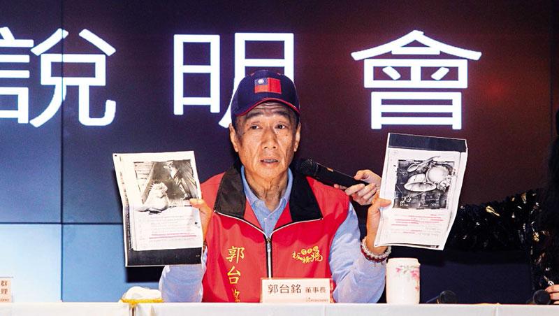 郭台銘戴國旗帽、穿媽祖賜他的神衣,在記者會上對微軟嚴厲控訴。