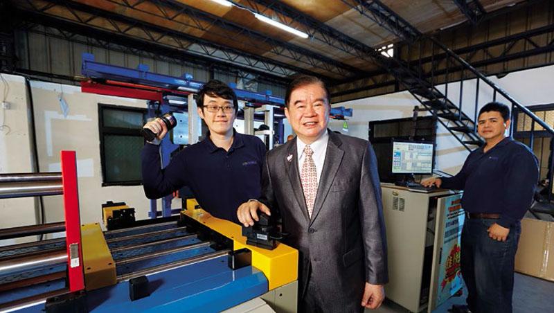 蕭文龍(中)與大兒子蕭皕成(左),正透過將手中的自動夾模器結合電腦、自動搬運車等,要槓桿出更大的模具自動倉儲商機。