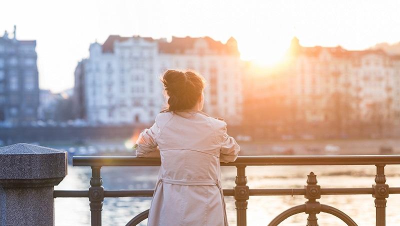 她考上醫生執照,卻因壓力導致良性瘤惡化...精神科醫師TED演說:身處這4情境,你就「臣服」吧!