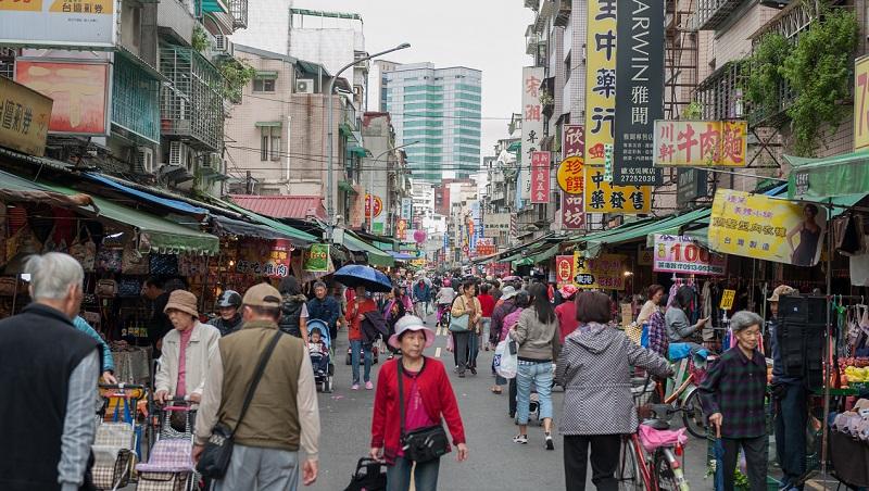 鐵皮屋、頂樓加蓋、違建...被台灣人詬病的「醜陋街景」,為何成了良好治安的關鍵?