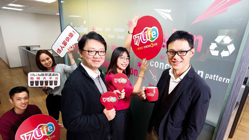 李易騰(右1)與康太營運長陳偉強(左3)跟團隊挺過裁員與虧損危機,他最大的學習是,「不能一味衝業績,忽略管理跟財務。」