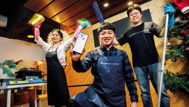 以林文康(中)為首的20人潔客幫團隊,平均年齡不到30歲,已服務超過5萬名用戶。