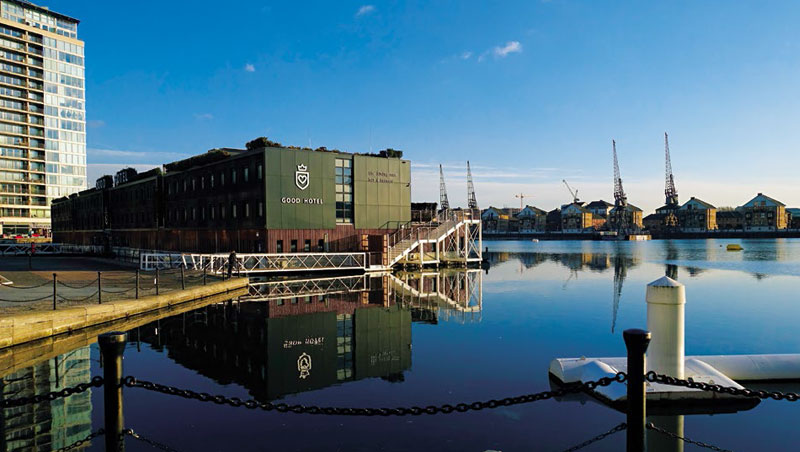 旅店為可以移動的船型建築,引人注目。
