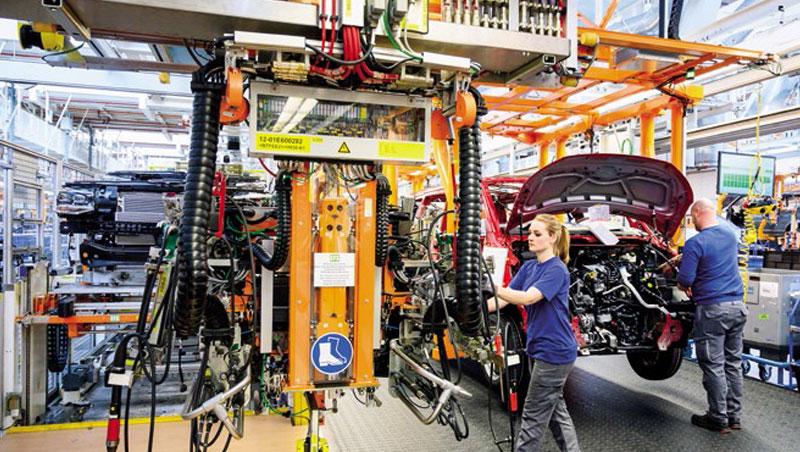 汽車廠裝配線上,工人與機器合作無間,未來「機器人幫手」將更頻繁、廣泛的運用在各行各業。