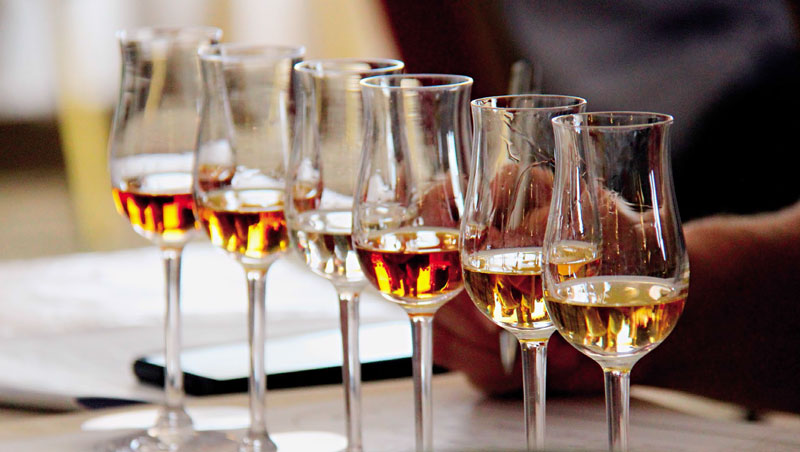 白蘭地經過橡木桶熟成培養後,酒液成色跨度頗廣,從淡黃色、深金色到淺棕色都有可能。