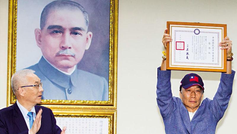 受贈資深國民黨員榮譽狀後,郭台銘(右)霸氣提出建言:「黨員、中常委是責任與擔當,不是來發財的。」