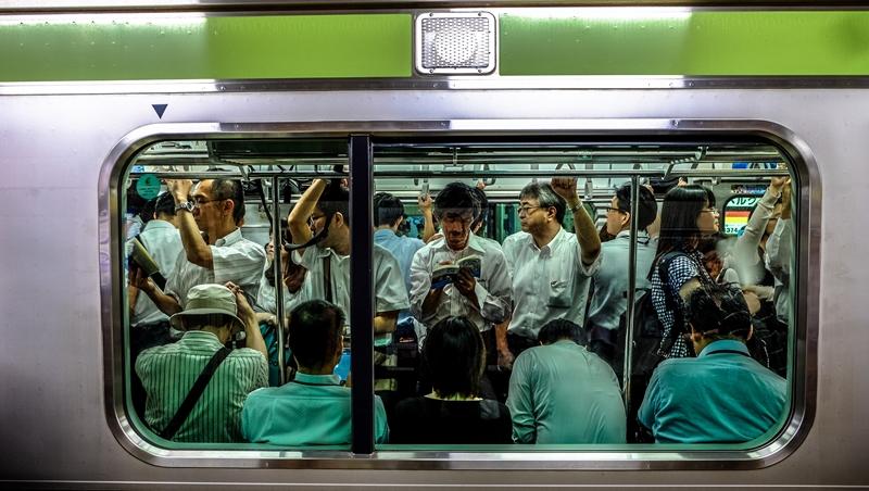 工作是推人上車,你想應徵嗎?揭密日本「地鐵助推員」的日常,2位台灣人打工的真實經歷