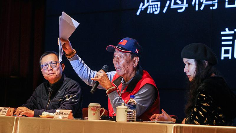 戴著國旗帽談台灣前途,講著講著就哽咽,郭董吐露參選心聲……