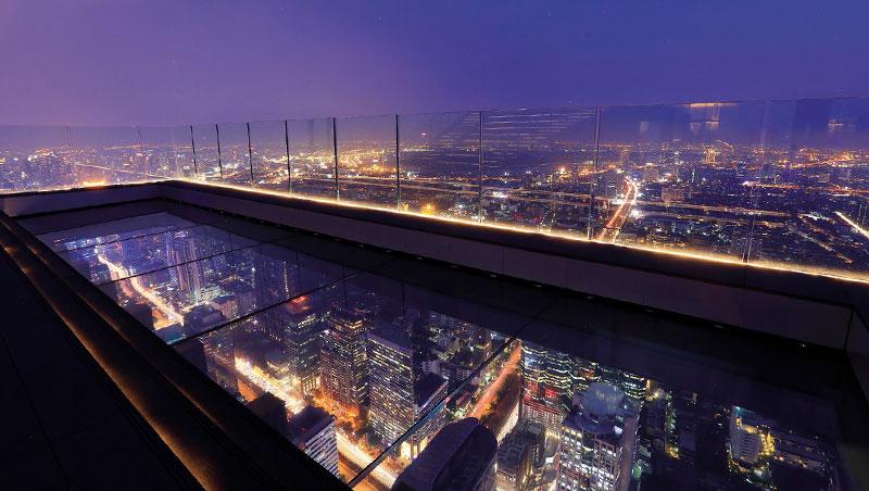 遠離地面三百多公尺的玻璃地板,挑戰人們懼高極限,在晚上能見到城市夜景之美。