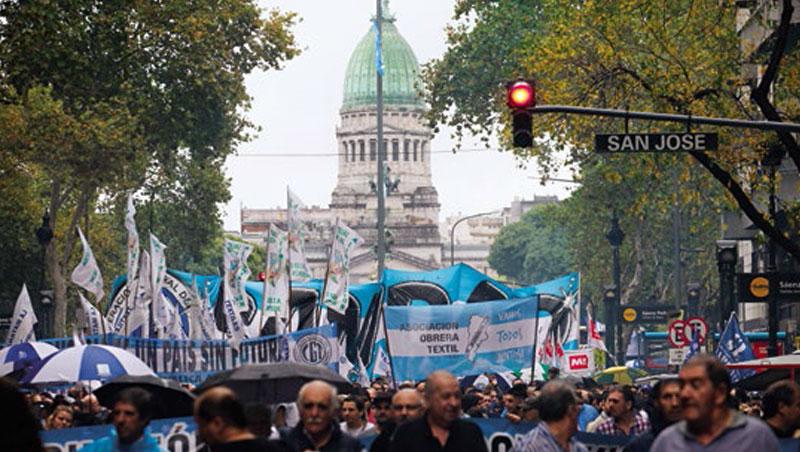 4月初阿根廷民眾在首都抗議經濟改革不當,意味著總統激進手段反而可能壞事。