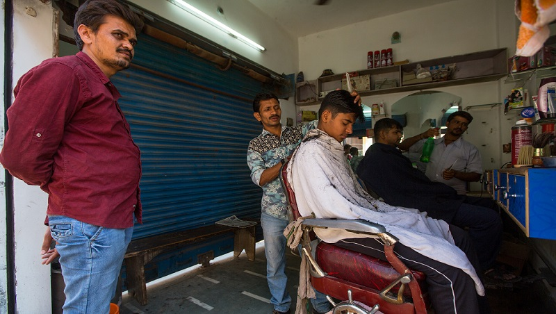剪髮一次3人服務,餐廳點菜、裝飲料...都不同店員!7年級台灣記者在印度看見的「精細分工制」