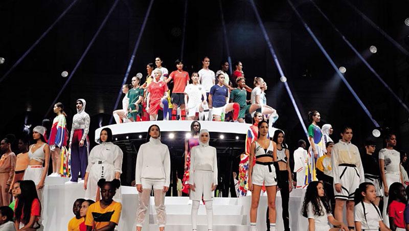 這場服裝秀,舞台最上方是各國女足世界盃代表隊成員,Nike首次為其中14國設計球衣,讓女足球衣不再只是男性縮小版。