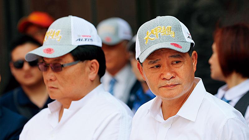 56歲的鄭銘坤(右),曾是鎮瀾宮最年輕當上副董者;顏清標(左)不只是他的事業夥伴,也是當年幫他從綁架獲釋的貴人。