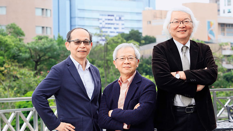台大管理學院名師黃崇興(右起)、湯明哲與陳鴻基站在任教近30年的台大管院,談對商管教育人才流失的憂慮,陳鴻基直指,過去美國商學院華裔老師多為台灣人,現在9成變中國人。