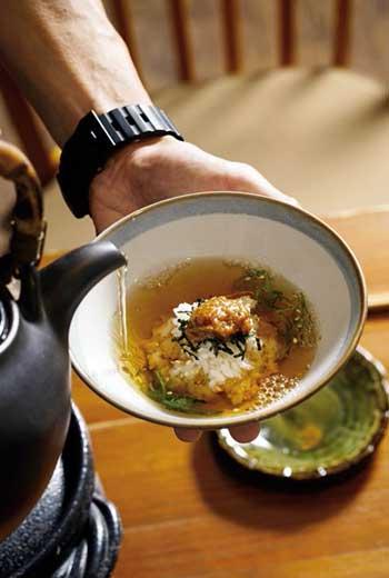 寶明叮嚀從青紫蘇處傾入茶湯沖出香氣,「別打散吃,不要亂攪,緩緩吃⋯⋯。」