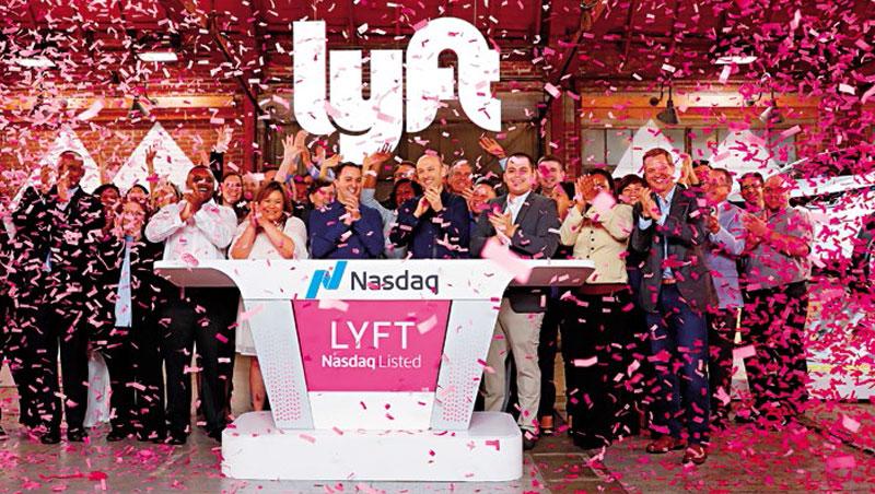 Lyft高層在上市首日慶祝,該公司去年虧損9億美元,市值卻達200億美元,未來財務狀況令人持疑。