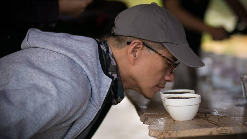 每天狂練100杯拉花,素人考到5張咖啡師證照...吳若權體悟:人生的意料之外,會累積成命中注定