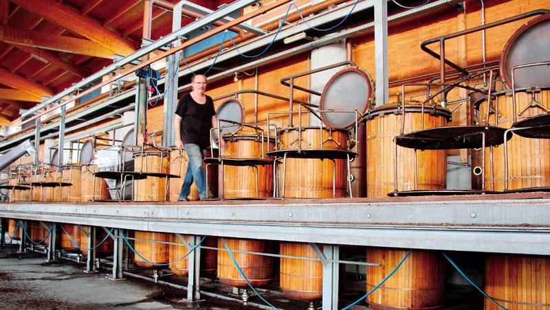 在蒸餾過程中,熱力可促進化學作用,創造出新風味。利用冷卻凝結的方式,將氣態的酒蒸氣轉成液態,得到冷凝液,這就是烈酒的蒸餾工藝。