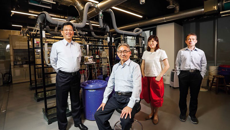 萬年清創辦人兼營運長:卓連泰(左2)、董事長: 何家慶(左1)
