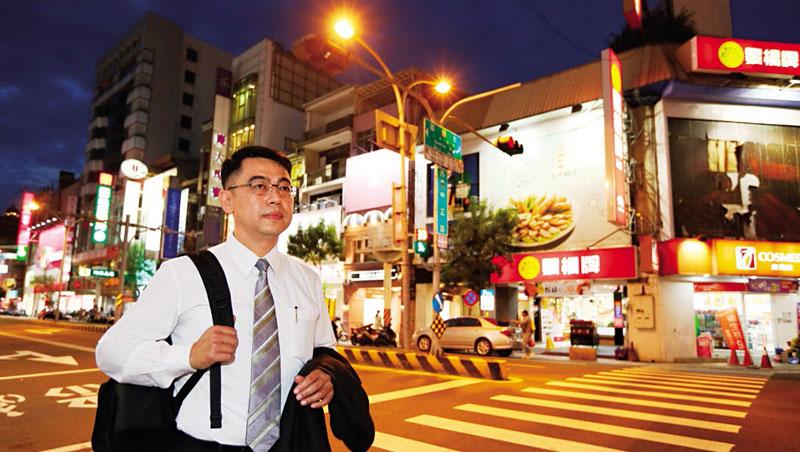 傍晚時分,我們跟著簡義峰來到中正路與國華街口,他習慣在介紹店面給客戶前,先深入了解周邊商圈發展。